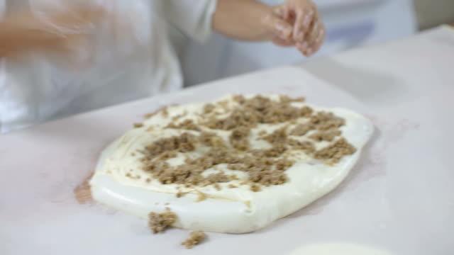 wykwalifikowany człowiek robi tradycyjne ciasto burek w piekarni - chleb pita filmów i materiałów b-roll