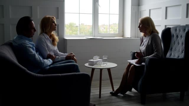 Habile psychologue donnant la consultation pour un couple - Vidéo