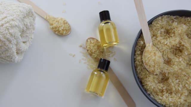 vídeos y material grabado en eventos de stock de productos para el cuidado de la piel con esencia de arroz. remedio orgánico saludable - antioxidante