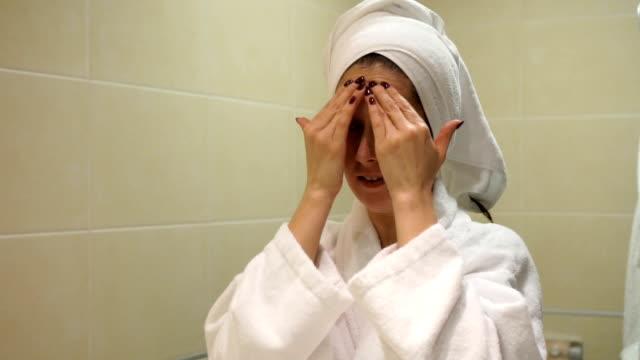 vidéos et rushes de peau soins - lent mo - peignoir