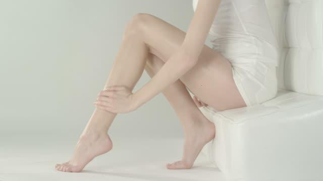 vídeos de stock, filmes e b-roll de cuidados com a pele - perna termo anatômico