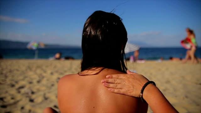 защита кожи от солнца - загар стоковые видео и кадры b-roll