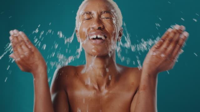vídeos y material grabado en eventos de stock de el cuidado de la piel comienza con el lavado con agua limpia - feminidad