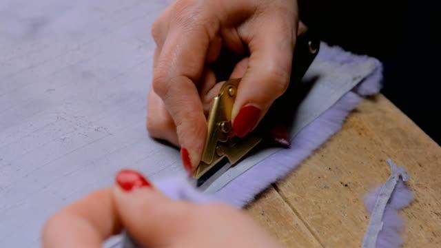 skinner arbetar med mink päls hud - päls textil bildbanksvideor och videomaterial från bakom kulisserna