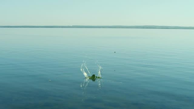 skipping stones high speed 160fps 3k - kayaç stok videoları ve detay görüntü çekimi