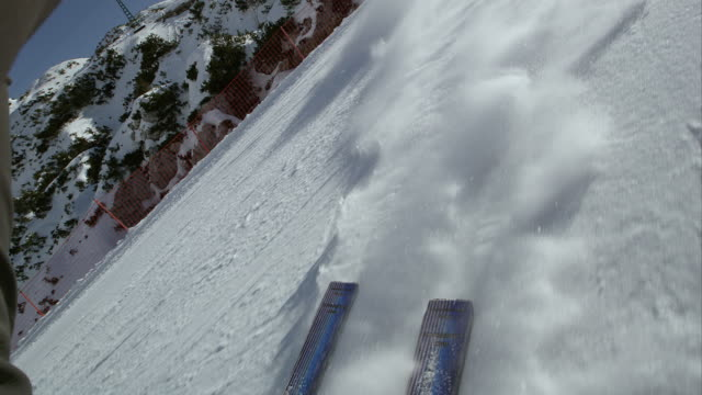 pov sci lasciando un snow powder trail dietro - sci video stock e b–roll