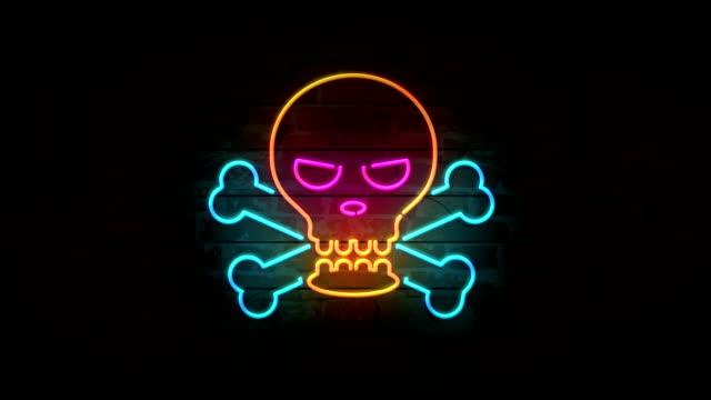 stockvideo's en b-roll-footage met schedel neon pictogram op bakstenen muur - baksteen
