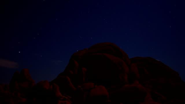 vídeos de stock, filmes e b-roll de skull rock observação de estrelas no parque nacional de joshua tree - penedo