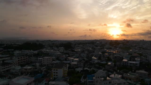空と朝の街。 ビデオ