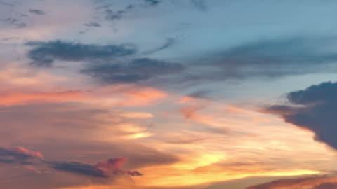 vídeos de stock e filmes b-roll de sky and moving clouds - sky