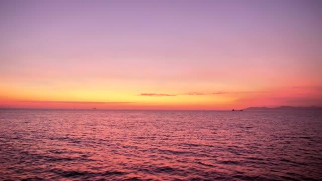 himmel i rosa blått och lila färger, himmel före soluppgången, panorama dramatiska soluppgång himmel och tropiska havet, 4k film, slow motion. - pink sunrise bildbanksvideor och videomaterial från bakom kulisserna
