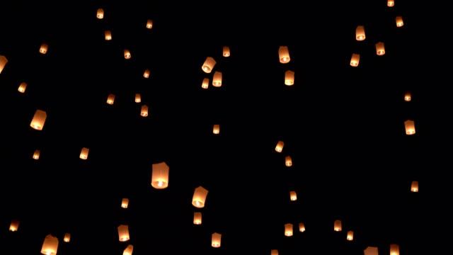 vidéos et rushes de slo mo sky lantern dans le ciel - inclinaison vers le haut