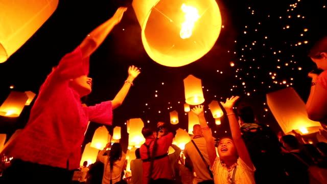 스카이 등불 loi krathong 번자체 패스티발 - 촛불 조명 장비 스톡 비디오 및 b-롤 화면