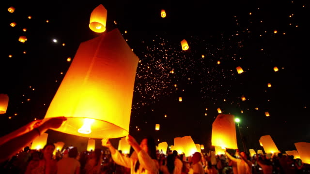 sky lantern loi krathong traditional festival. - lanterna attrezzatura per illuminazione video stock e b–roll