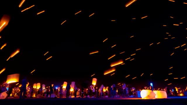 sky lanterns лететь в ночное небо - японский фонарь стоковые видео и кадры b-roll