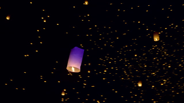 sky lanterns лететь в ночное небо - китайский фонарь стоковые видео и кадры b-roll