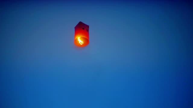 sky lanterns floating on night. - китайский фонарь стоковые видео и кадры b-roll