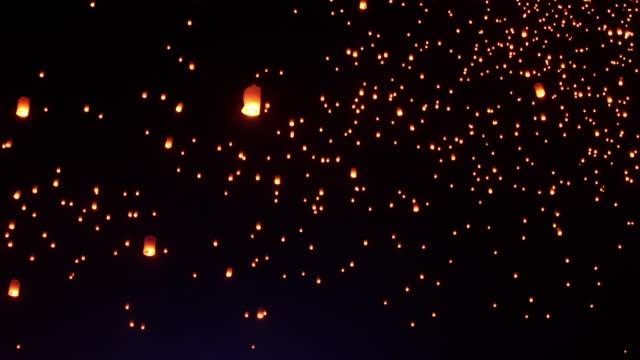 sky lanterns fly into the night sky - китайский фонарь стоковые видео и кадры b-roll