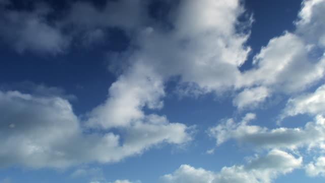 Himmel Zeitraffer Hintergrund. Weiße Wolken über dem Kopf. Schleife. HD -. – Video