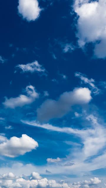 vídeos de stock, filmes e b-roll de timelapse de céu na vertical - vertical