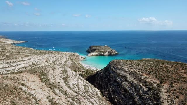 イタリア シチリアのランペドゥーザ島の空の景色 - 崖点の映像素材/bロール
