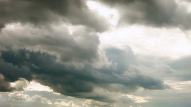 himmel med thunderclouds - illavarslande bildbanksvideor och videomaterial från bakom kulisserna