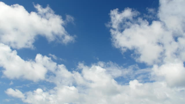Bидео sky with white clouds