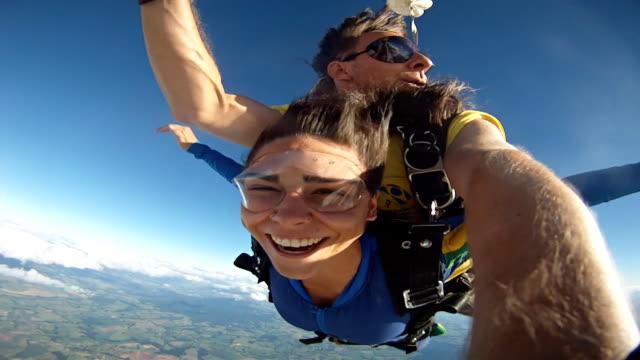 skydive tandem selfie cute woman - скайдайвинг стоковые видео и кадры b-roll