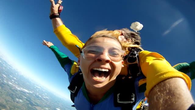 skydive tandem selfie funny - скайдайвинг стоковые видео и кадры b-roll