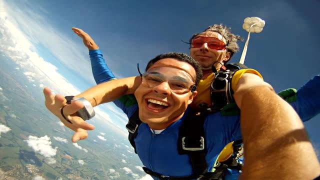 vídeos de stock, filmes e b-roll de skydive tandem selfie - paraquedismo