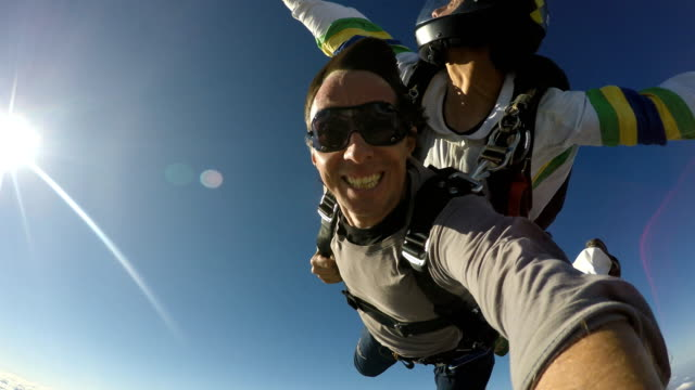 skydive tandem selfie - скайдайвинг стоковые видео и кадры b-roll