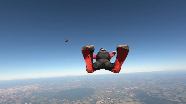 skydive team formation clear sky - скайдайвинг стоковые видео и кадры b-roll