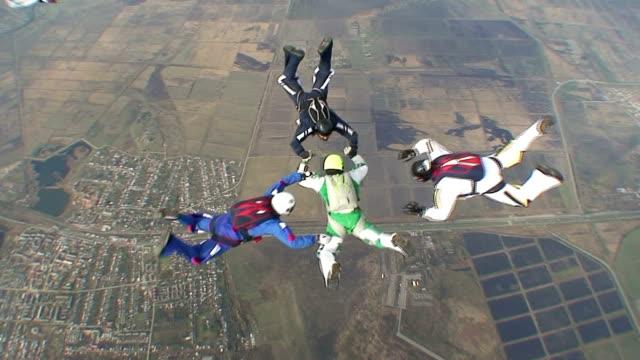 парашютом видео 18 - скайдайвинг стоковые видео и кадры b-roll