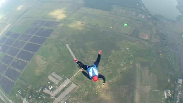 vídeos de stock, filmes e b-roll de skydive vídeo 35 - paraquedismo