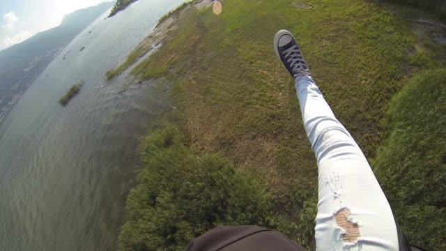 pov di skydiver scende e atterraggio - base jumping video stock e b–roll