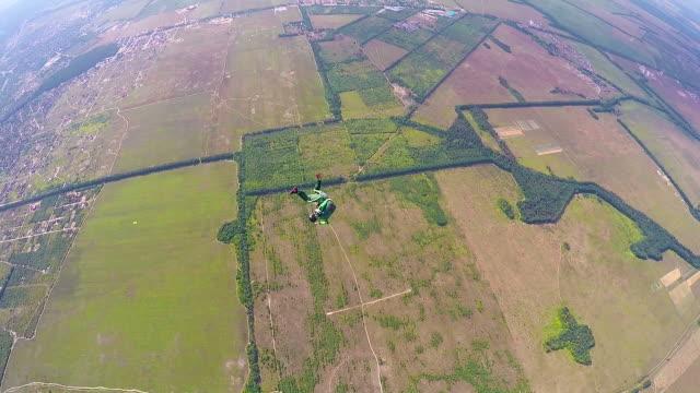 vídeos de stock, filmes e b-roll de para-quedista em uma queda livre - paraquedismo