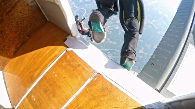 скайдайвер прыжки на плоскости - скайдайвинг стоковые видео и кадры b-roll