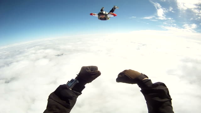 skydiver jumping out of the plane above the clouds - prospettiva del fotografo video stock e b–roll