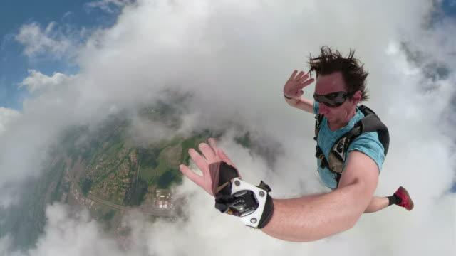 スカイダイバーは、無料の秋に素晴らしい自分撮りビデオを作ります - 勇気点の映像素材/bロール