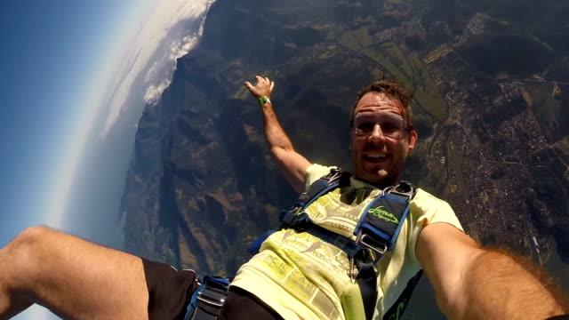 skydiver making a selfie on the beach - скайдайвинг стоковые видео и кадры b-roll