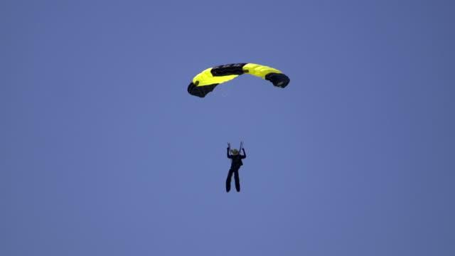 vídeos de stock, filmes e b-roll de skydiver - paraquedismo