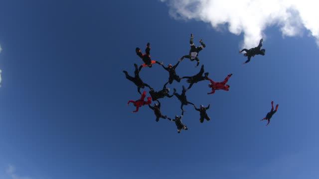 skydivers big group formation - скайдайвинг стоковые видео и кадры b-roll