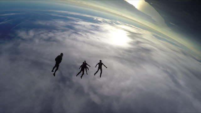 skydivers jump from helicopter, perform aerial acrobatics - скайдайвинг стоковые видео и кадры b-roll