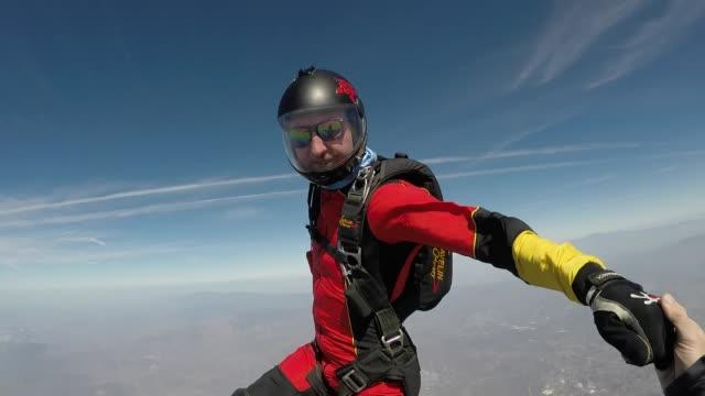 vídeos de stock, filmes e b-roll de para-quedistas saltar de avião - paraquedismo