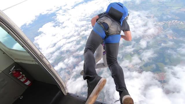 fallskärms hoppare hoppar ut ur planet - sky diving plane inside bildbanksvideor och videomaterial från bakom kulisserna