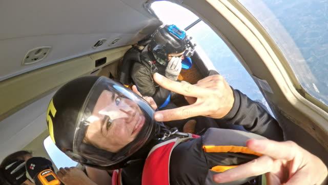 Pára-quedistas preparando-se para o salto do avião - vídeo