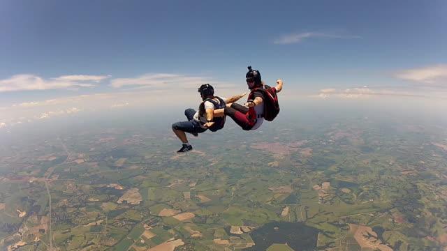 skydiving couple jump of the plane - para aranżacja filmów i materiałów b-roll
