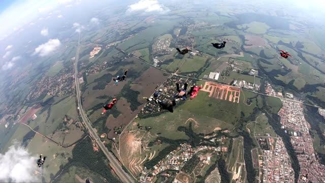 vídeos de stock, filmes e b-roll de formação de skydiving movimento lento - paraquedismo