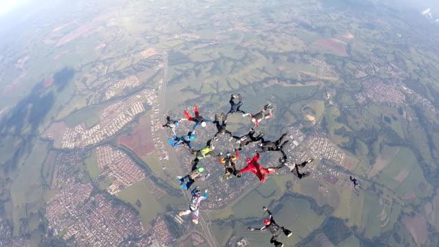 skydiving formation - скайдайвинг стоковые видео и кадры b-roll