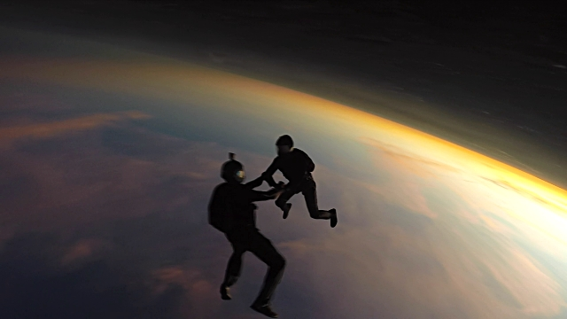 skydiving friends at the sunset - coraggio video stock e b–roll